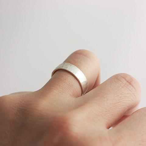 5.5mm幅のリングをつけたイメージ写真